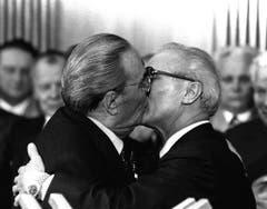 Zwei graue, alte Männer die sich Küssen. Kein Kinofilm, keine Absicht. Bei diesem Bruderkuss handelt es sich um den sowjetischen Staats- und Parteichef Leonid Breschnew (links) der den DDR- Staatsratsvorsitzenden und Parteichef Erich Honecker für die Verleihung des Ordens 'Held der DDR' bei einem Empfang am 4. Oktober 1979 in Ostberlin auf den Mund küsst. (Bild: Keystone)