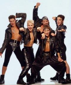 Durch eine Zeitungsannonce landete Robbie Williams (r.) 1990 bei der Casting-Band Take That. (Bild: Facebook)