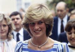 Wie hier bei ihrem Besuch der Elmhurst Ballet School kennen wir Diana, Prinzessin von Wales: Mit Föhnfrisur und bezauberndem Lächeln. (Bild: AP Photo (Camberley, 6. Juli 1983))