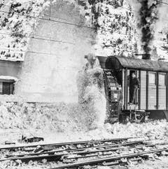 Schneeräumung mit Dampf: Eine Schneefräse räumt die Gleise am Gotthard im März 1967. (Bild: Keystone)