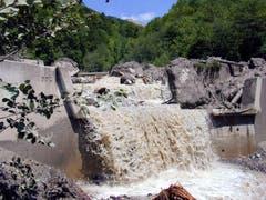 Die mannshohen Felsbrocken kamen im Flussbett des Flibachs in Weesen zum Stillstand. (Bild: Archiv)