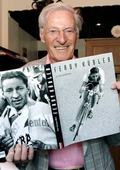 Ferdy Kübler posiert mit einem ihm gewidmeten Buch. (Bild: Keystone)
