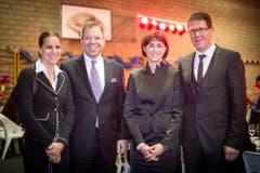 Im Skilager hat es gefunkt: Peter Hinder, CEO der Thurgauer Kantonalbank, mit Ehefrau Fabienne, Monika Knill, SVP-Regierungsrätin, mit Ehemann Josef Knill. (Bild: Benjamin Manser)