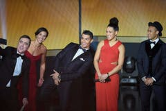 Moderator James Nesbitt macht ein Selfie mit Carli Lloyd, Cristiano Ronaldo, Celia Sasic und Neymar. (Bild: Keystone)