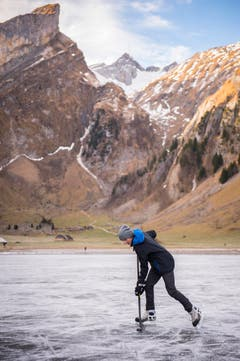 Die Ostschweiz läuft Schlittschuh auf dem Seealpsee (Bild: Urs Bucher)