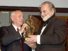 Noch ein Award, dieses Mal aus den Händen des früheren russischen Präsidenten Michail Gorbatschow. (Bild: Keystone)