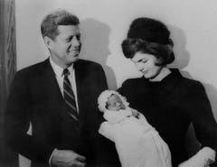 Senator John Fitzgerald Kennedy und Jacqueline Kennedy posieren am 8. Dezember 1960 mit ihrem Sohn John F. Kennedy Jr.. (Bild: Keystone)