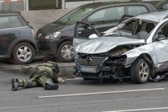 Ein Bombenspezialist untersucht das Auto. (Bild: Keystone)