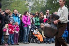 Zuschauer bestaunen die Treichelschwinger. (Bild: Urs Jaudas)