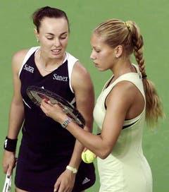 Martina Hingis bespricht sich mit Anna Kournikova, ihrer Doppel-Partnerin beim WTA-Turnier in Filderstadt. (Oktober 2000) (Bild: Keystone)