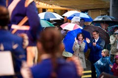 Applaus unter dem Regenschirm. (Bild: Michel Canonica)