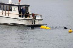Die zwei Taucher bergen die Bombe per Luftkissen aus dem Bodensee. (Bild: Rudolf Hirtl)