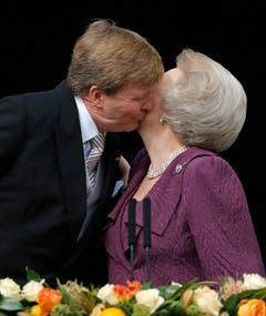 König Willem-Alexander küsst seine Mutter Beatrix auf dem Balkon des Königspalastes. (Bild: Keystone)