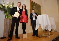 Die Auszeichnung als Schemel: Der letztjährige Preisträger Nicolas Senn überragt Mona Vetsch um mehr als einen Kopf. (Bild: Reto Martin)