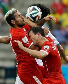 Die Schweizer Valon Behrami (links) und Stephan Lichtsteiner prallen zusammen. (Bild: Keystone)