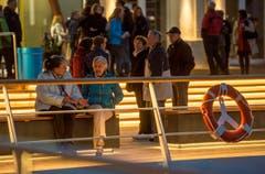 Viele Besucher der Einweihung warteten, bis die Plattform erleuchtet wurde. (Bild: Reto Martin)
