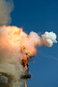 Blauer Himmel am Sechseläuten - doch der Böögg explodierte erst nach mehr als 35 Minuten: Das verheisst einen Regensommer. (Bild: Urs Jaudas)