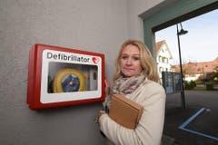 Rosmarie Obergfell, Frau Gemeindeammann von Gottlieben, zeigt den Defibrillator, mit dem Udo Jürgens' Assistent dem Entertainer das Leben retten wollte. (Bild: Keystone)