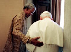 Privataudienz beim Papst: Nelson Maneope geleitet Johannes Paul II. in dessen Büro im Vatikan. (Bild: Keystone)