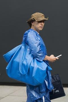 Heute gehe ich als Ikea-Tasche verkleidet, hat sich dieser Herr gesagt. Seine Tasche ist allerdings von Balenciaga. (Bild: Kirstin Sinclair/Getty)