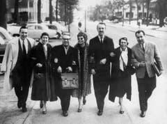 """Der Komponist Paul Burkhard (3. von links) spaziert mit der Sängerin Lys Assia (rechts neben ihm) und weiteren Begleitern am Concours Eurovision de la Chanson am 11. März 1958 durch die Strassen von Hilversum, Niederlande. Lys Assia belegte mit dem von Burkhard komponierten Lied """"Giorgio"""", den 2. Platz. (Bild: Keystone)"""