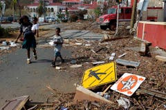 Eine Frau und ihr Kind betrachten die Schäden in Charlotte Amalie auf St.Thomas, einer der Virigin Islands. (Bild: Keystone)