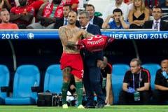 Der Trainer von Portugal, Fernando Santos, spricht mit seinem Spieler Ricardo Quaresma. (Bild: Keystone)