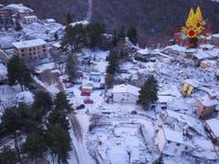 Amatrice aus der Luft. Am 5. Januar hatte es noch wenig Schnee im zerstörten Dorf. (Bild: EPA/ITALIAN FIRE DEPARTMENT HANDOUT)