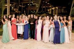 Gruppenbild mit Mann: Bachelor Vujo Gavric mit den 20 jungen Frauen, die um ihn werben. (Bild: pd)