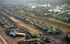 Bei der Bekämpfung der Katastrophe wurden 1350 Militärfahrzeuge und Helikopter kontaminiert. (Bild: Keystone)