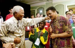 Showkampf von zwei ganz Grossen: Nelson Mandela verpasst Muhammed Ali einen Faustschlag (2003). (Bild: Keystone)
