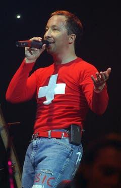 DJ Bobo ist gerne Schweizer und zeigt das auch - hier an einem Konzert in Zürich im November 2003. (Bild: Keystone)