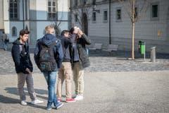 Ist da wirklich was? Kantischüler auf dem Klosterplatz. (Bild: Urs Bucher)
