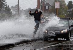 So hoch, wie Sturm Sandy das Wasser aufwühlt, können Menschen nicht springen. (Bild: Keystone)