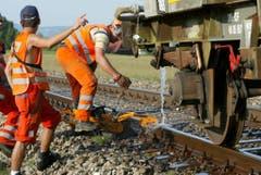 SBB-Arbeiter bringen bei Rotkreuz die durch Hitze ausgedehnten Schienen wieder in Form. (Bild: Keystone)