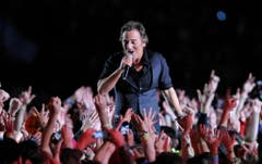 "Platz 4: Bruce Springsteen & the E Street Band. Mehrmals hatte ""The Boss"" einen Auftritt am Super Bowl abgelehnt, 2009 sagte er endlich zu. (Bild: Mark J. Terrill (AP))"