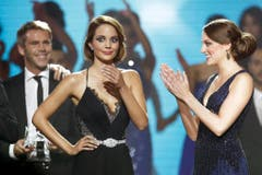 Die überraschte Laetitia Guarino (links) und die Zweitplatzierte Michèle Stofer. (Bild: Keystone)