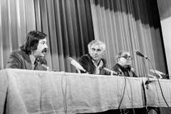 Günter Grass (hier mit Adolf Muschg und Max Frisch) engagierte sich auch in der Schweiz politisch. Hier im überparteilichen Wahlkampfkommittee für die Wahl des Schriftstellers Adolf Muschg 1975 im Volkshaus Zürich. (Bild: Keystone)