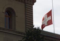 Trauer in der Schweiz: Die Fahne auf dem Bundeshaus weht am Tag nach den Anschlägen auf Halbmast. (Bild: Keystone)
