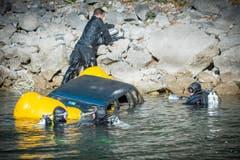 Polizeitaucher der Kantonspolizei St.Gallen während einer Einsatzübung am Walensee. Bei der Übung wird ein Kleinwagen versenkt und anschliessend geborgen (Bild: Urs Bucher)