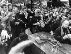 Das Ende eines kurzen, aber umso intensiveren Lebens: Am 14. Januar 1963 wurde Edith Piaf unter grosser Anteilnahme ihrer Fans auf dem Friedhof Père Lachaise in Paris zu Grabe getragen. (Bild: Keystone)