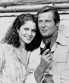 "Roger Moore mit dem Bondgirl Lois Chiles im Film ""Moonraker"". (Bild: Keystone)"