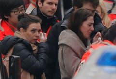 Menschen werden aus dem Redaktionsgebäude gebracht. (Bild: Keystone)