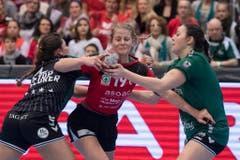 Kein Durchkommen gegen die Brühlerinnen: Thuns Rebecca Wyer (Mitte) im Spiel gegen die Brühlerin Vanessa Koslowski (links). (Bild: Keystone)