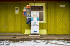 Etwas verloren steht diese Softeismaschine bei der Scheidweghütte in Rehetobel. In Winter scheint niemand Lust auf eine Glace zu haben. So muss die Maschine geduldig auf wärmere Tage warten, um ihren Nutzen wieder unter Beweis stellen zu können. (10. Februar 2017) (Bild: Urs Bucher)