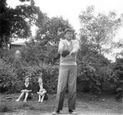 Der junge Senator John F. Kennedy im Jahr 1954. Im Hintergrund Jacqueline Kennedy und Schwägerin Ethel Kennedy. (Bild: Keystone)