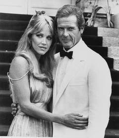 """Roger Moore mit dem Bondgirl Tanya Roberts in""""A View to a Kill"""" von 1984. (Bild: Keystone)"""