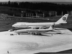 Ein Quantensprung: der 1970 neue Boeing-747-Jumbojet neben einer für damalige Zeiten normalen Maschine. (Bild: Keystone)