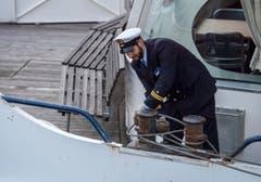 Ein Matrose vertäut ein Schiff am neuen Anlegesteg. (Bild: Reto Martin)