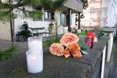 Blumen und Kerzen vor dem Haus im thurgauischen Gottlieben, in dem Udo Jürgens zuletzt oft war. (Bild: Keystone)